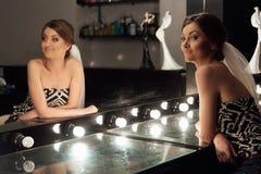 Modieuze schitterende bruid die make-up in saloo van de luxeschoonheid krijgen royalty-vrije stock foto's