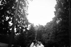 Modieuze schitterende gelukkige bruid en elegante bruidegom die hun eerste dans uitvoeren bij de huwelijksontvangst royalty-vrije stock fotografie