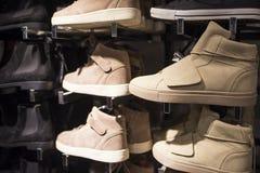 Modieuze schoenen op de opslagplanken Royalty-vrije Stock Afbeelding