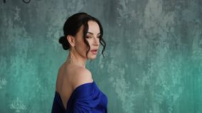 Modieuze sexy jonge meisjes modeltribunes in een lange blauwe kleding stock footage