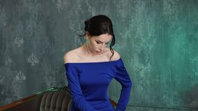 Modieuze sexy jonge meisjes modeltribunes in een lange blauwe kleding stock video