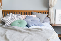 Modieuze slaapkamer binnenlands ontwerp met zwarte gevormde hoofdkussens op bed en decoratieve schemerlamp Royalty-vrije Stock Foto's