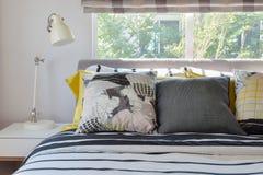 Modieuze slaapkamer met zwart-witte gevormde hoofdkussens Stock Afbeelding