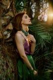 Modieuze stijl Schoonheid met natuurlijke samenstelling in een tropische serre Mooi vrouwelijk model in een toevallige kleding, d royalty-vrije stock fotografie