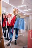 Modieuze stilist die zich voor camera bevinden terwijl het winkelen stock afbeeldingen