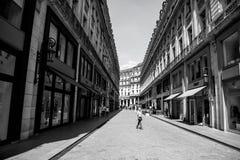 Modieuze straat met kledingswinkels op blauwe hemel royalty-vrije stock foto