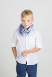Modieuze tienerjongen in blauwe sjaal Stock Fotografie