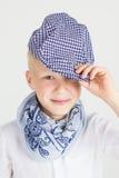 Modieuze tienerjongen in blauwe sjaalglimlachen Royalty-vrije Stock Fotografie