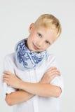 Modieuze tienerjongen in blauwe sjaalglimlachen Stock Afbeelding