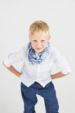 Modieuze tienerjongen in blauwe sjaalglimlachen Royalty-vrije Stock Afbeelding