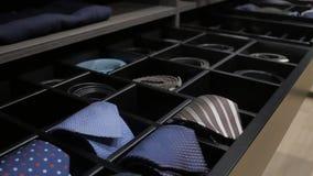 Modieuze toebehoren in lade van garderobekast stock videobeelden