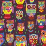 Modieuze uilen op een violette achtergrond Stock Afbeeldingen