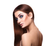 Modieuze volwassen blauwe ogenvrouw met perfect lang bruin haar o Royalty-vrije Stock Afbeelding