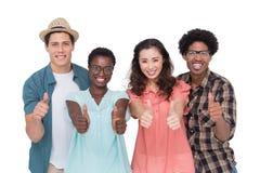 Modieuze vrienden die bij camera samen glimlachen Stock Foto's