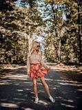 Modieuze vrij jonge vrouw in stellend park royalty-vrije stock foto
