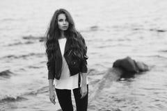 Modieuze vrouw bij strand Royalty-vrije Stock Afbeelding