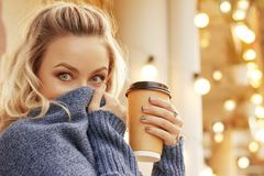 Modieuze vrouw in de straat het drinken ochtendkoffie Stock Foto