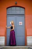 Modieuze vrouw in deuropening Royalty-vrije Stock Foto