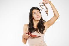 Modieuze vrouw die een paar schoenen kiezen Stock Foto's