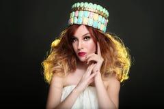 Modieuze Vrouw die Hoog Eind Hoofdstuk dragen royalty-vrije stock foto's