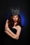 Modieuze Vrouw die Hoog Eind Hoofdstuk dragen stock foto