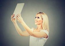 Modieuze vrouw die selfie met tablet nemen stock afbeeldingen