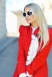 Modieuze vrouw die zonnebril in openlucht dragen stock foto