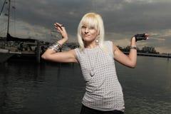 Modieuze vrouw door de baai Stock Fotografie