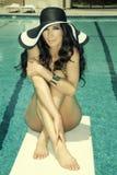 Modieuze vrouw door pool Royalty-vrije Stock Foto