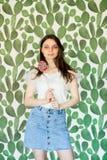 Modieuze vrouw in een blikuitrusting, die in een studio stellen royalty-vrije stock afbeelding