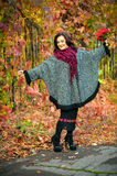 Modieuze vrouw in een uniformjas in het de herfstpark Stock Afbeelding