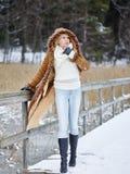 Modieuze vrouw en de winterkleren - landelijke scène Stock Afbeelding