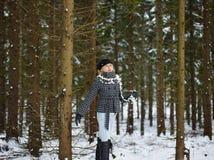 Modieuze vrouw en de winterkleren - landelijke scène Stock Foto's