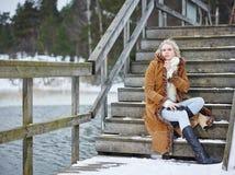 Modieuze vrouw en de winterkleren - landelijke scène Stock Afbeeldingen