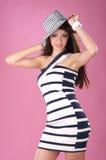 Modieuze vrouw in gestripte hoed en kleding Royalty-vrije Stock Fotografie