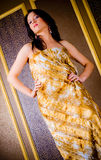 Modieuze vrouw in gouden kleding stock foto
