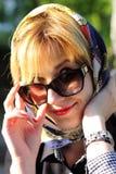 Modieuze vrouw met glazen en hoofddoek Stock Foto's