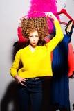 Modieuze vrouw met haar kleren Stock Fotografie