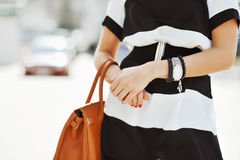 Modieuze vrouw met handtas in handen - sluit omhoog Royalty-vrije Stock Afbeeldingen