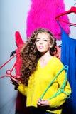 Modieuze vrouw met hangers Stock Foto's