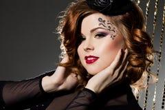 Modieuze vrouw met kunstgezicht Royalty-vrije Stock Foto