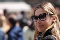 Modieuze en optimistische vrouw met zonnebril Royalty-vrije Stock Afbeeldingen