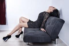Modieuze vrouw op bank Stock Foto's