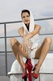 Modieuze vrouw op dek royalty-vrije stock afbeeldingen