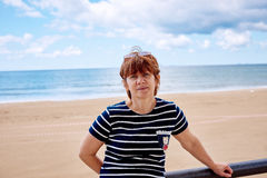 Modieuze vrouw op het strand stock foto's