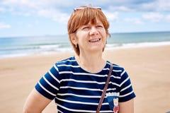 Modieuze vrouw op het strand royalty-vrije stock foto's