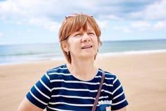 Modieuze vrouw op het strand stock foto