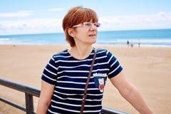 Modieuze vrouw op het strand stock fotografie