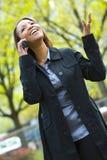 Modieuze vrouw op mobiel Stock Afbeelding