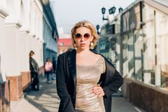 Modieuze vrouw op stadsstraat stock afbeelding